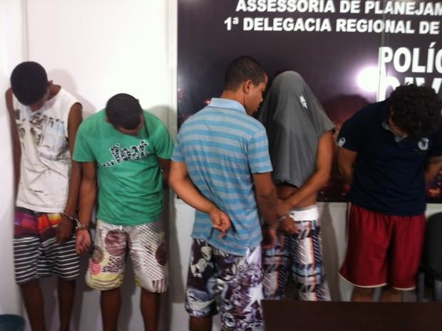 Seis pessoas foram presas, sendo cinco homens e uma mulher (Foto: Patrícia Belo / G1)