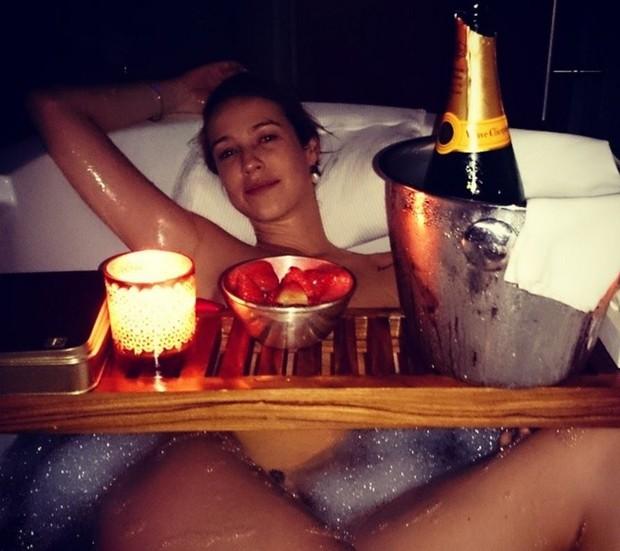Luana Piovani em um banho de espuma bem ousado... (Foto: Reprodução/Instagram)