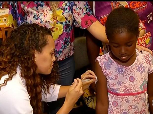 Famílias inteiras procuraram unidades de saúde para receberem a dose da vacina (Foto: Reprodução/Inter TV)