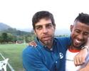 Juninho pisa no Ninho pela 1ª vez e interrompe entrevista para tietar Léo