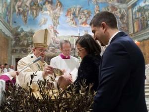 Papa Francisco batiza bebê no Vaticano, no domingo (11). O pontífice batizou 33 bebês na Capela Sistina como parte de uma tradição anual, convidando as mães a amamentar seus filhos, caso chorassem de fome (Foto: L'Osservatore Romano/AP)