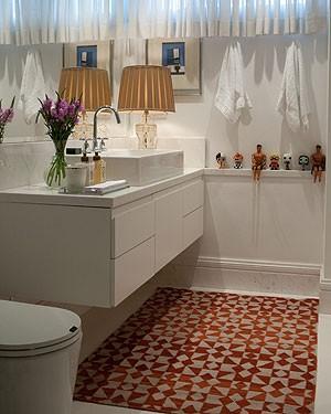 O tapete dá um toque de cor ao banheiro neste projeto do arquiteto Nelson Kabarite (Foto: Victor Affaro/Editora Globo)