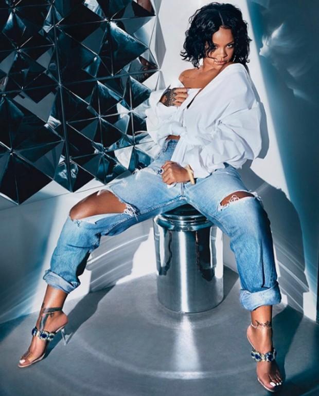 Rihanna com os sapatos feitos em parceria com Manolo Blahnik (Foto: Reprodução / Instagram)
