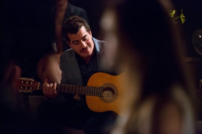 Tião toca a música favorita do pai de Helô (Foto: Fabiano Battaglin/Gshow)
