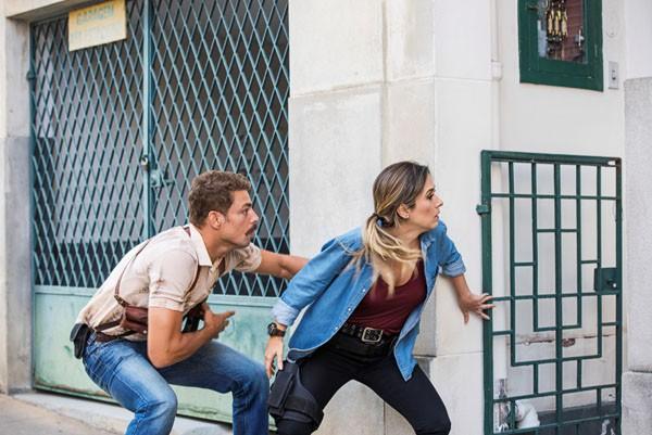 Tatá Werneck e Cauã Reymond interpretam dois policiais na comédia A Dupla (Foto: Daniel Chiacos)