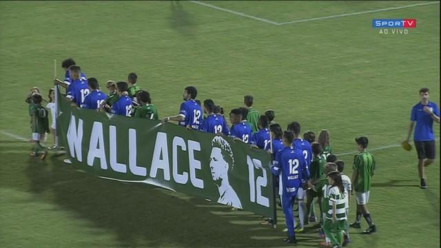 2e2399f3f5  p  Jogadores do Bugre sobem a campo com uma faixa em homenagem ao goleiro