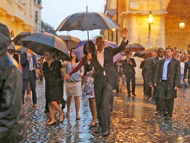 Obama passeia com a família pela região conhecida como Havana Velha, no centro da capital cubana (Foto: Carlos Barria/Reuters)