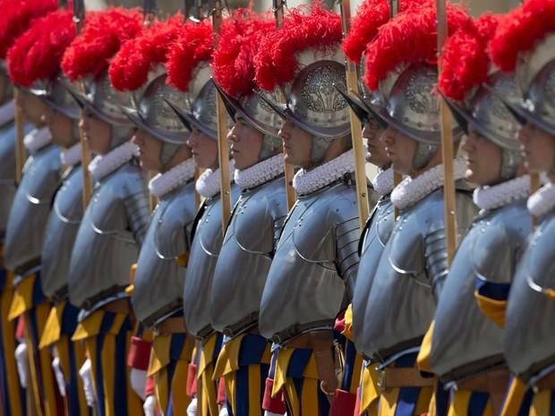 Guardas suíços do Vaticano se apresentam durante cerimônia de posse, no Vaticano nesta terça-feira (6) (Foto: Alessandra Tarantino/AP)