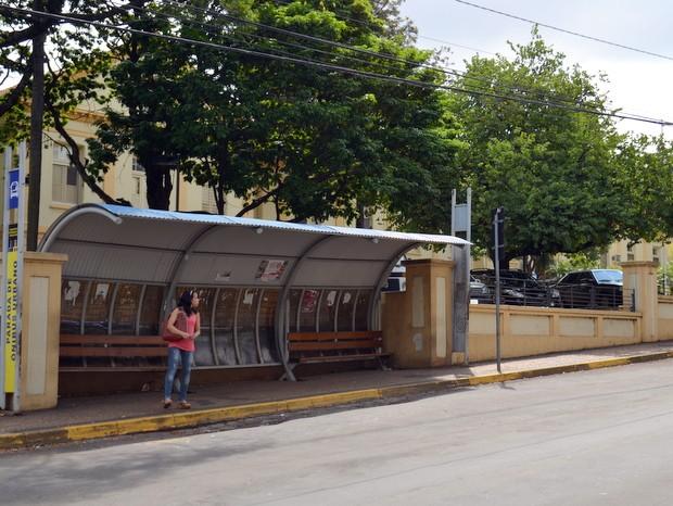 Jovem é assaltada por casal em ponto de ônibus em Piracicaba (Foto: Fernanda Zanetti/G1)