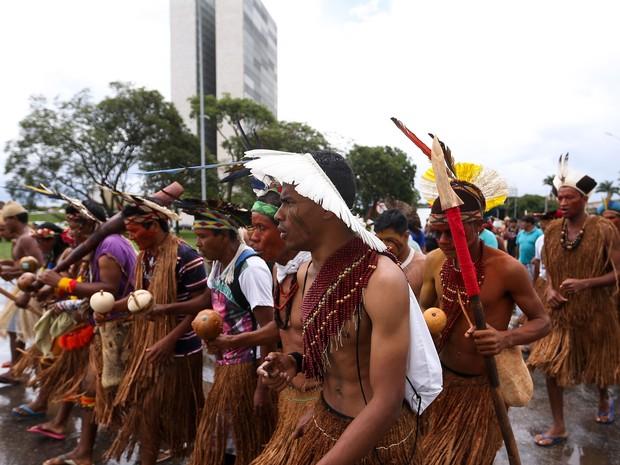 Índios protestam contra a PEC do teto de gastos em frente ao Palácio do Planalto (Foto: Marcelo Camargo/Agência Brasil)