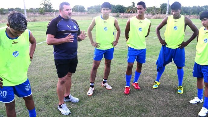 O técnico do São Raimundo durante repasses técnicos aos jogadores (Foto: divulgação)
