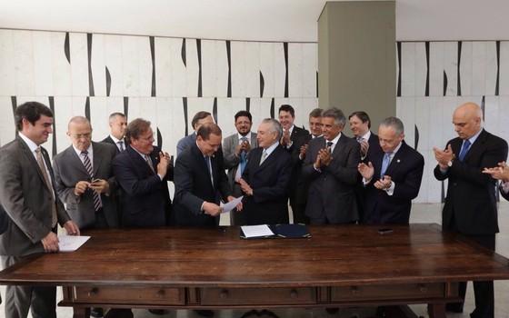 Temer recebe notificação de posse cercado por futuros ministros (Foto: Reprodução Twitter @micheltemer)