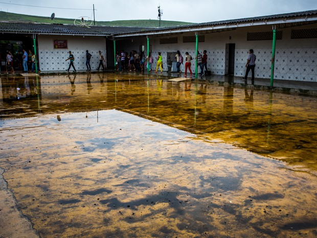 Escola não tem coberta e alunos passam o intervalo nos corredores (Foto: Jonathan Lins/G1)