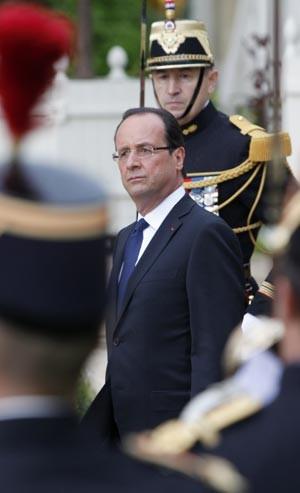 O novo presidente da França, François Hollande, passa a Guarda Republicana em revista durante sua posse nesta terça-feira (15) em Paris (Foto: AFP)