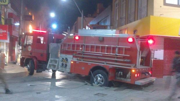 Chão cedeu e caminhão dos Bombeiros que seria utilizado no combate ao fogo ficou preso (Foto: Waldson Costa/G1)