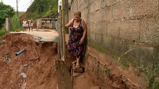 Cratera que interdita rua em Santos Dumont preocupa moradores