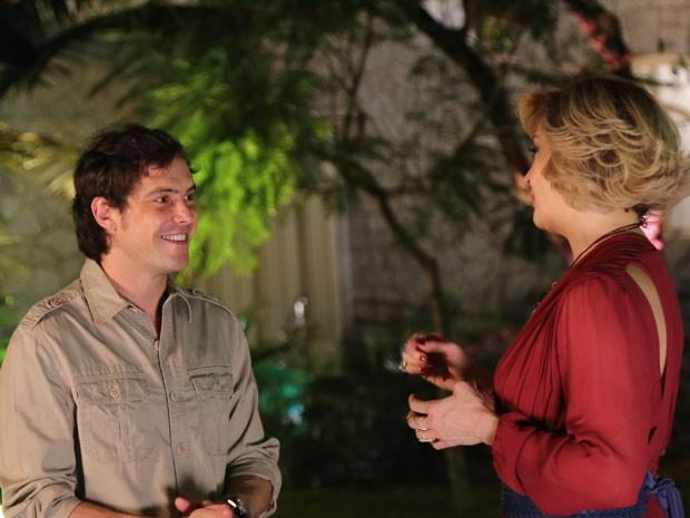 Sergio Guizé se diverte com Claudia Raia em intervalo (Foto: Alto Astral / TV Globo)