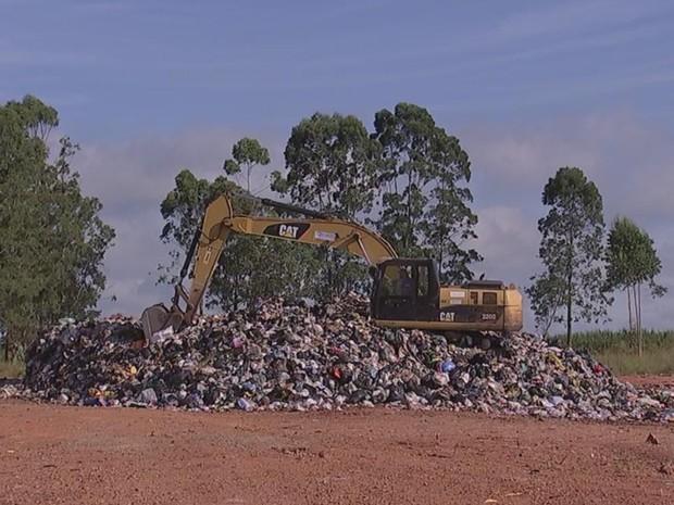 Área do antigo lixão não pode ser usada como ponto de transbordo (Foto: Reprodução/ TV TEM)
