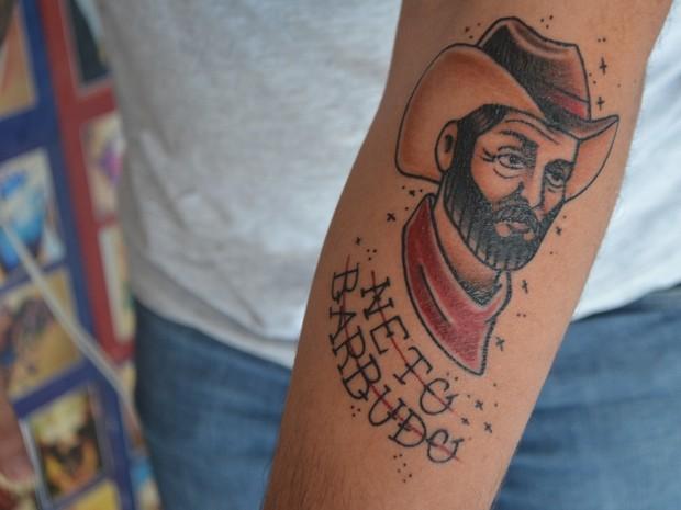 Após morte, João fez uma tatuagem para homenagear pai (Foto: Pâmela Fernandes/ G1)
