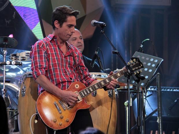 Hudson mostra todo o seu talento com a guitarra no 'Altas Horas' (Foto: Marcos Mazini/Gshow)