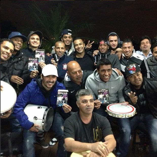 Jogadores no Corinthians com a banda Samprazer (Foto: Reprodução / Instagram / Emerson Sheik)