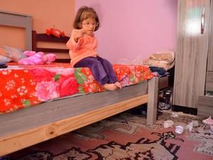 Descer da cama é um desafio para a menina (Foto: Fernanda Zanetti/G1)
