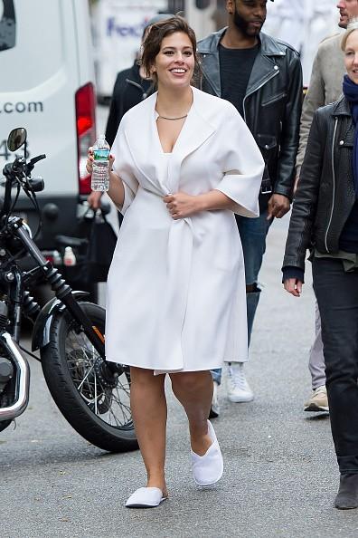 Ashley Graham é flagrada de roupão pelas ruas de NY (Foto: Getty Images)