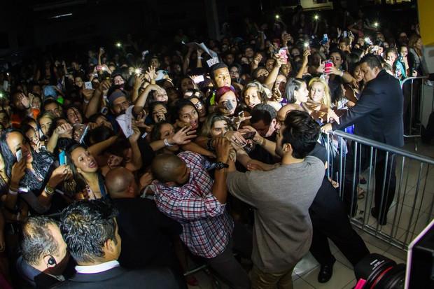 Fãs de Luan Santana tentam chegar perto do ídolo (Foto: Divulgação/Julia Lanari)