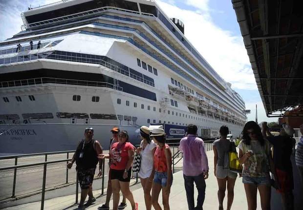 Transatlânticos chegam trazendo milhares de turistas para o Réveillon de Copacabana, movimentando o Terminal Internacional de Cruzeiros Pier Mauá (Foto: Fernando Frazão/Agência Brasil)