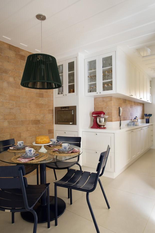 COZINHA | Arquiteta e moradores descobriram uma paixão em comum: parede de tijolinhos. Para brindar a coincidência, o revestimento, modelo rústico brick HD, da Portinari, foi aplicado no cozinha. Mesa e cadeiras, à venda na Tidelli. Os armários foram desenhados pela arquiteta Babi Teixeira e executados pela RB marcenaria (Foto: Denilson Machado - MCA Estúdio/Divulgação)