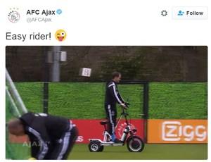 """BLOG: Lesionado, Frank de Boer aparece """"motorizado"""" em treino do Ajax"""