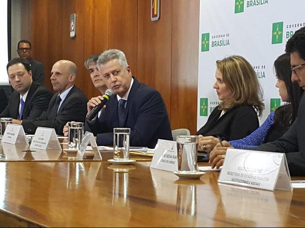 O governador Rodrigo Rollember com parte do secretariado durante aúncio de pacote de medidas para tentar conter an crise financeira do GDF (Foto: Raquel Morais/G1)