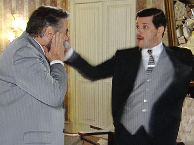 Tonico0 não perde a chance de esbofetear Ezequiel (Foto: Gabriela/TV Globo)