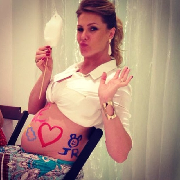 Ana Hickamnn come algodão doce (Foto: Reprodução/ Instagram)