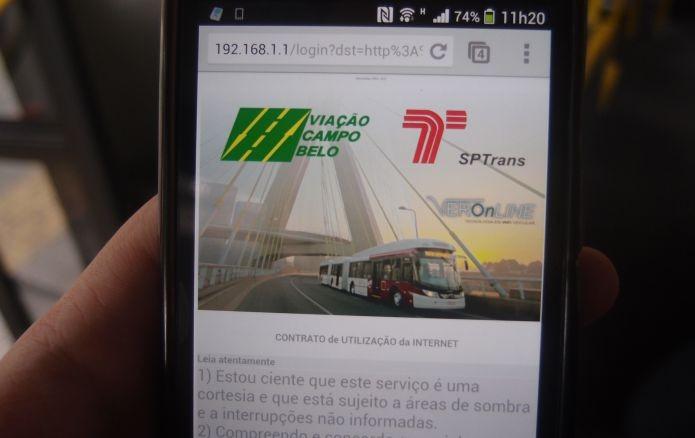 Autenticando o uso da internet dentro do ônibus (Foto: Pedro Zambarda/TechTudo)