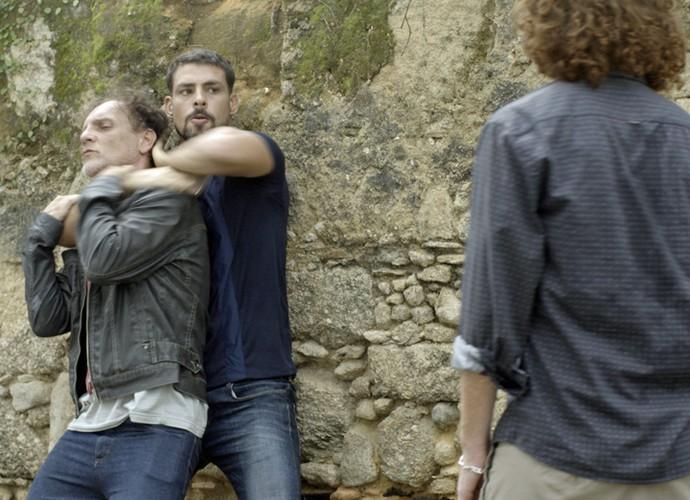 Juliano tenta se defender dos criminosos da facção (Foto: TV Globo)