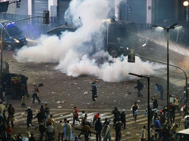 Torcedores entram em confronto com a polícia em Buenos Aires (Foto: Ivan Alvarado/Reuters)