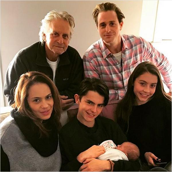 Michael Douglas com os filhos, a neta e a nora brasileira (Foto: Instagram)