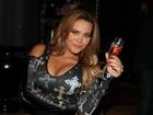 Decotada, Geisy Arruda posa com taça de champanhe em boate