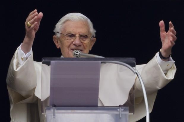 Papa Bento XVI oferece a bênção durante seu último Ângelus, da janela com vista para a Praça de São Pedro, no Vaticano, neste domingo, 24 de fevereiro de 2013 (Foto: AP Photo/Domenico Stinellis)