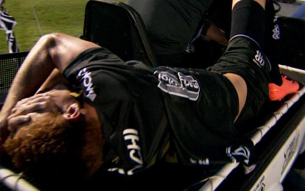 Ferrugem sai chorando após fratura no tornozelo contra o São Caetano (Foto: Reprodução / EPTV)