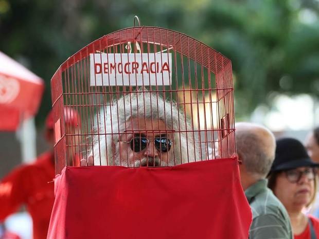 Artista plástico Wolder Wallace protesta em ato contra o impeachment e a favor da presidente Dilma, na Praça do Derby, no Recife (Foto: Marlon Costa/Pernambuco Press)