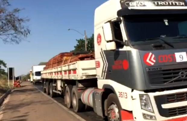 Caminhão transporta madeira ilegal na BR-153, em Goiás (Foto: Divulgação/ PRF)