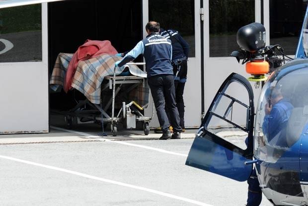 Corpo de vítima é trazido para hospital em Chamonix nesta quinta-feira (12) (Foto: AFP)