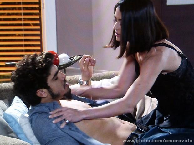Michel avisa que terminou tudo com Patrícia e Silvia se aproveita da situação (Foto: Amor à Vida / TV Globo)