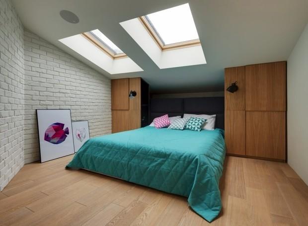 Por estar localizado na cobertura do prédio, os quartos receberam claraboias para aumentar a claridade (Foto: Ki Design)