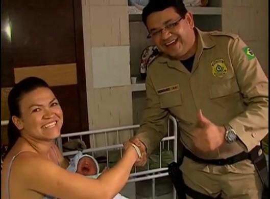 Policial encontra com mulher que ajudou no parto (Foto: Reprodução/ TV Asa Branca)