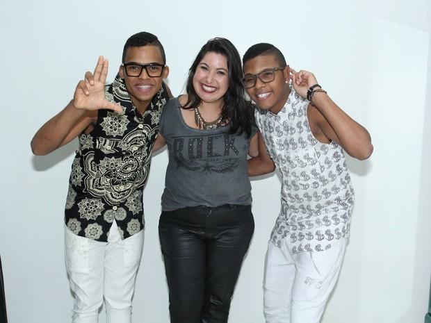 Mariana Xavier posa com Lucas e Orelha em bastidores de show no Rio (Foto: Alex Palarea/ Ag. News)