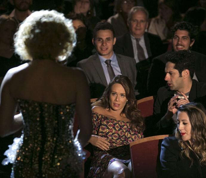 Tancinha fica nervosa ao ver Claudia Raia se aproximar (Foto: Isabella Pinheiro/Gshow)