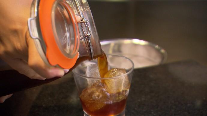 Cold Brew: o café fica em infusão na geladeira por 24 horas (Foto: TV Bahia)